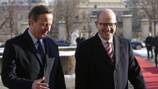 V Praze s úsměvem: Britský premiér David Cameron v lednu jednal s premiérem Bohuslavem Sobotkou. Teď Česko hodlá vstoupit do jednání mezi EU a Británií.