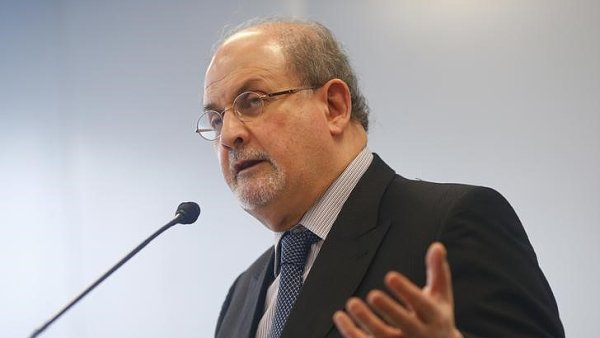 Britsk� spisovatel Salman Rushdie vloni v ��jnu zah�jil Frankfurtsk� kni�n� veletrh.