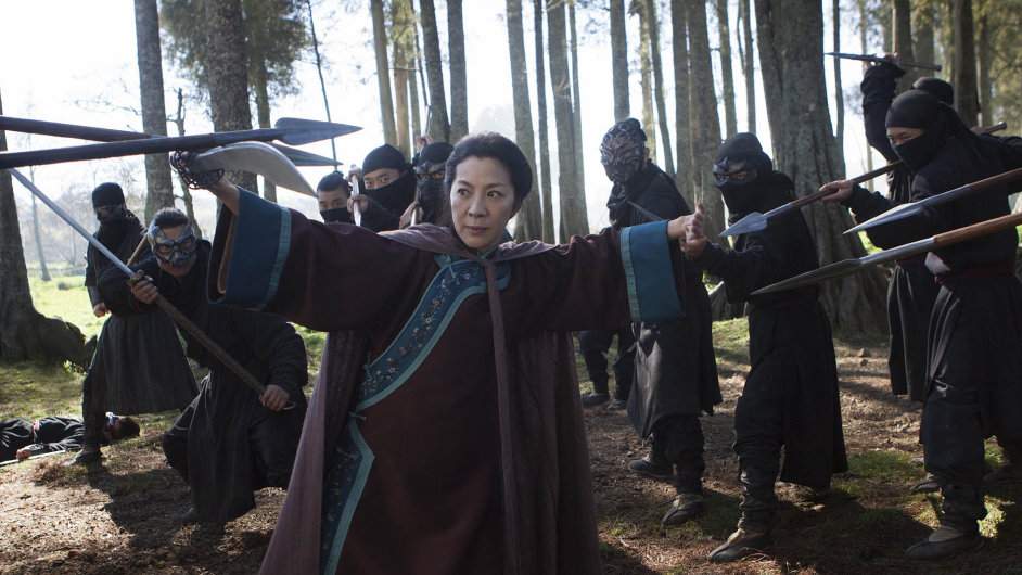 """Ikona hong-kongského akčního filmu Michelle Yeohová je jedinou hvězdou zprvního dílu Tygra adraka, která hraje také ve""""dvojce"""". Proslavila se ijako Bond girl."""