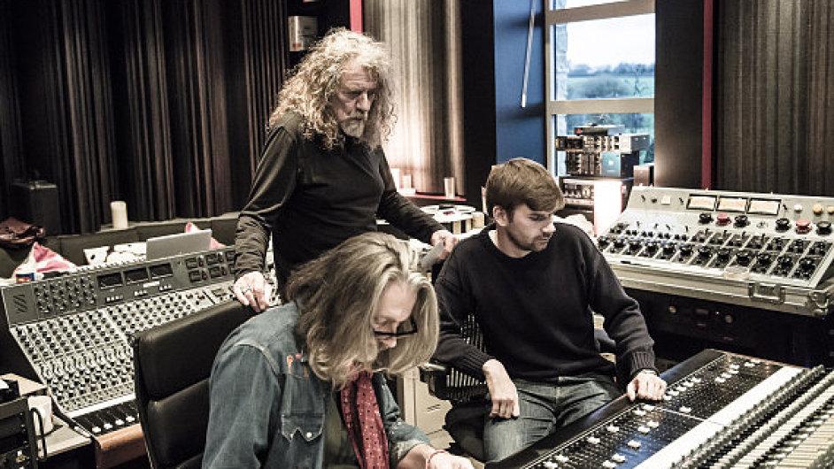 Robert Plant ve studiu při natáčení EP The Long Road.