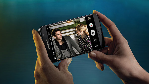 Samsung Galaxy S7 se skv�l�m fotoapar�tem