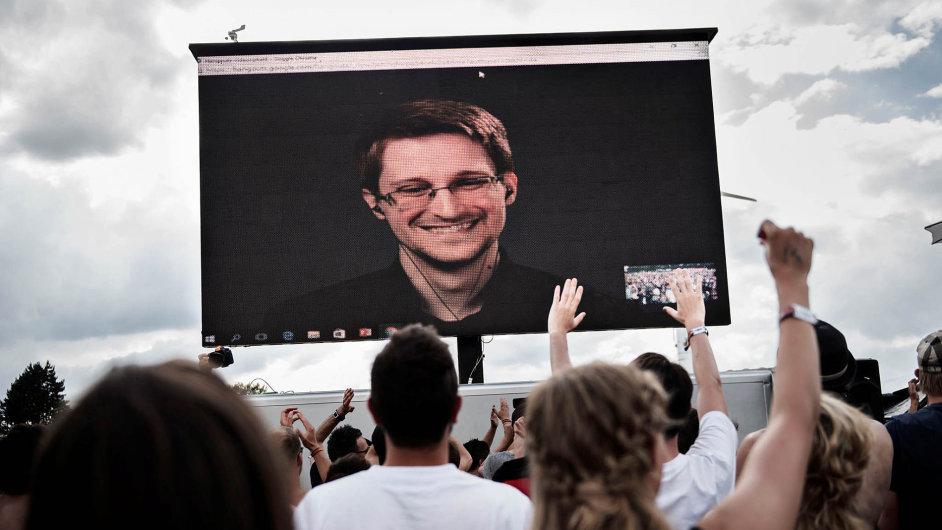 Edward Snowden, virtuálně přítomný mezi svými fanoušky.
