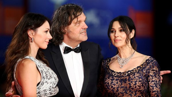 Nový film Emira Kusturici (na snímku je s herečkami Slobodou Micalovičovou a Monicou Bellucciovou) nazvaný Na mlečnom putu zatím nemá českého distributora.