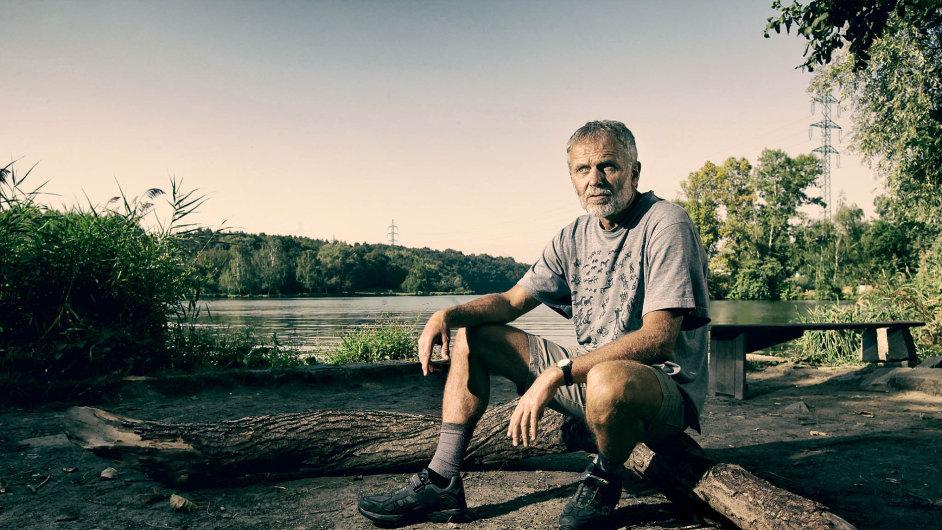 Zdeněk Lyčka unádrže Džbán, kam chodí denně, vlétě ivzimě, plavat.