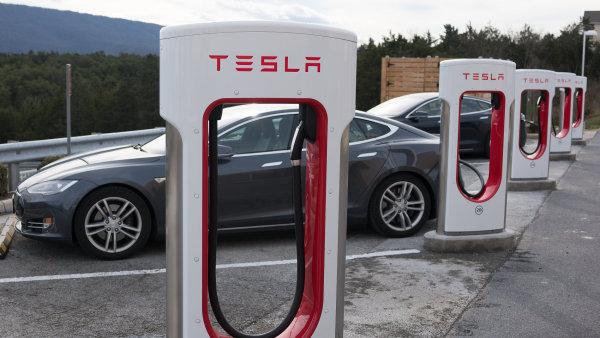 Teslu stačí na Supercharger připojit na půl hodiny pro dojezd okolo 270 kilometrů. Plné nabití zabere 75 minut.
