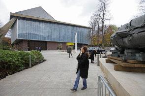 Reportáž: Muzeum designu v Londýně má novou budovu, vystavuje kalašnikov i české sklo