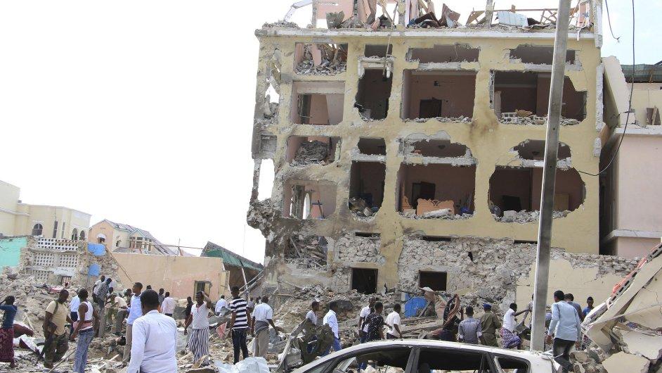 Při útoku na hotel v Somálsku zemřela nejméně desítka lidí.