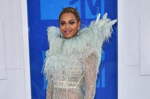 Obléká Madonnu i Beyoncé. Slavný návrhář představí novou kolekci za miliony v Praze