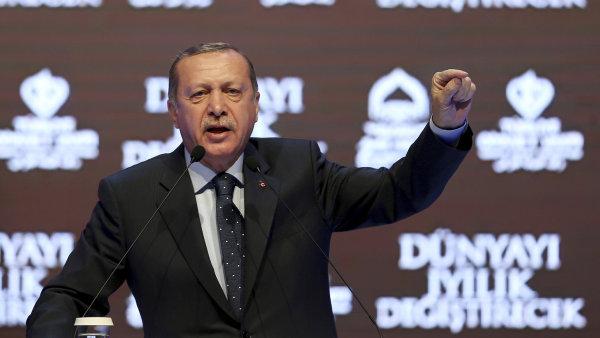 Mezi Tureckem a Nizozemskem panuje delší dobu napětí. Minulý týden označil Erdogan nizozemskou vládu za nacistickou a fašistickou.