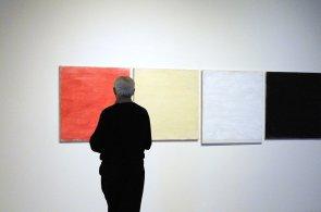 Museum Kampa vystavuje abstraktní malby Tomase Rajlicha, velkou část života strávil v Nizozemsku