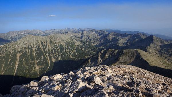 Celý Pirin z jeho nejvyšší hory jako na dlani.