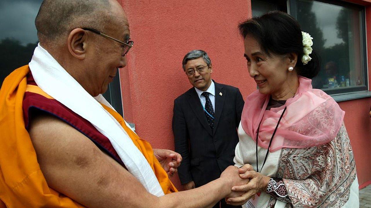 Jeho Svatost Dalajlama a barmaská disidentka Su Ťij