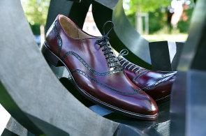 Učím lidi, aby nenosili jen černé boty, říká švec Michal Pavlas. V Praze tvoří luxusní koženou obuv na míru