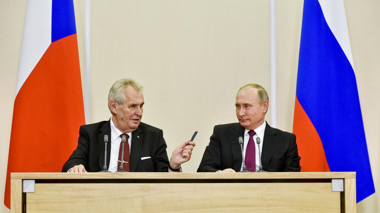 Vladimir Putin a Miloš Zeman na tiskové konferenci v Soči.