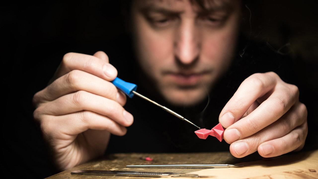 Výroba šperků včetně konzultací s kupcem o jeho podobě trvá Milanu Nováčkovi průměrně měsíc.