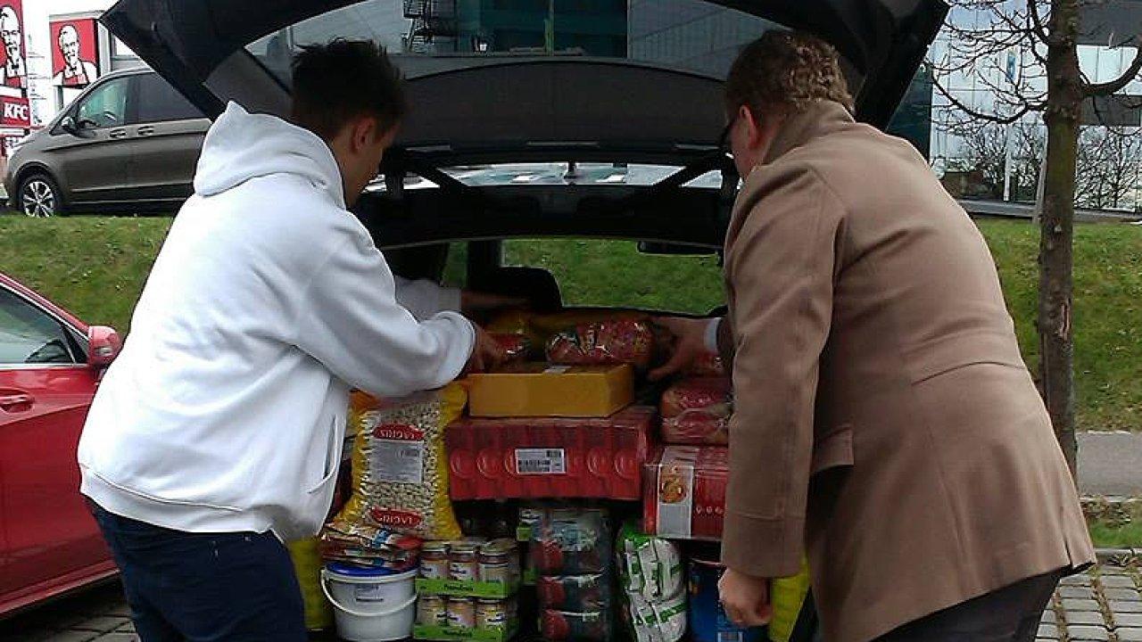 Společnost Uber v Česku pořádá už počtvrté potravinovou sbírku pro lidi v nouzi.