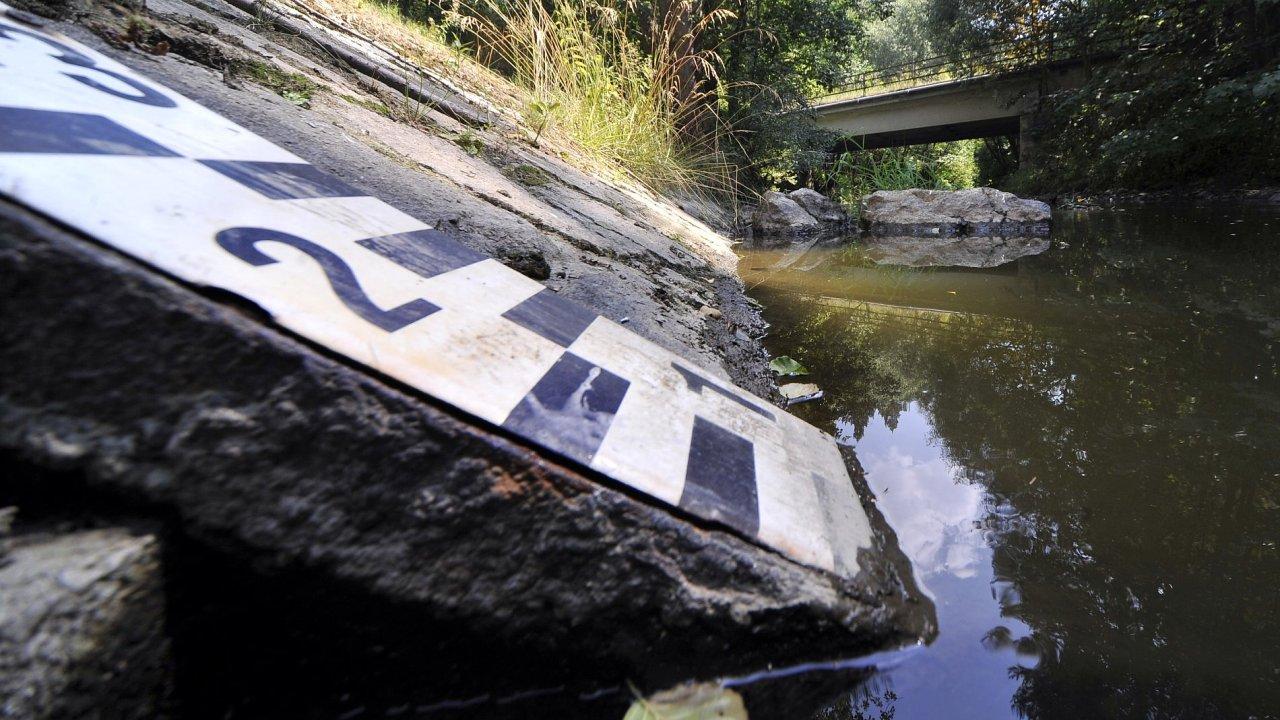 Teploty dělají starost i vodákům a hydrologům. Řeky hlásí sucho a hladiny klesají pod měřitelné hranice jako například na Jihlavě.