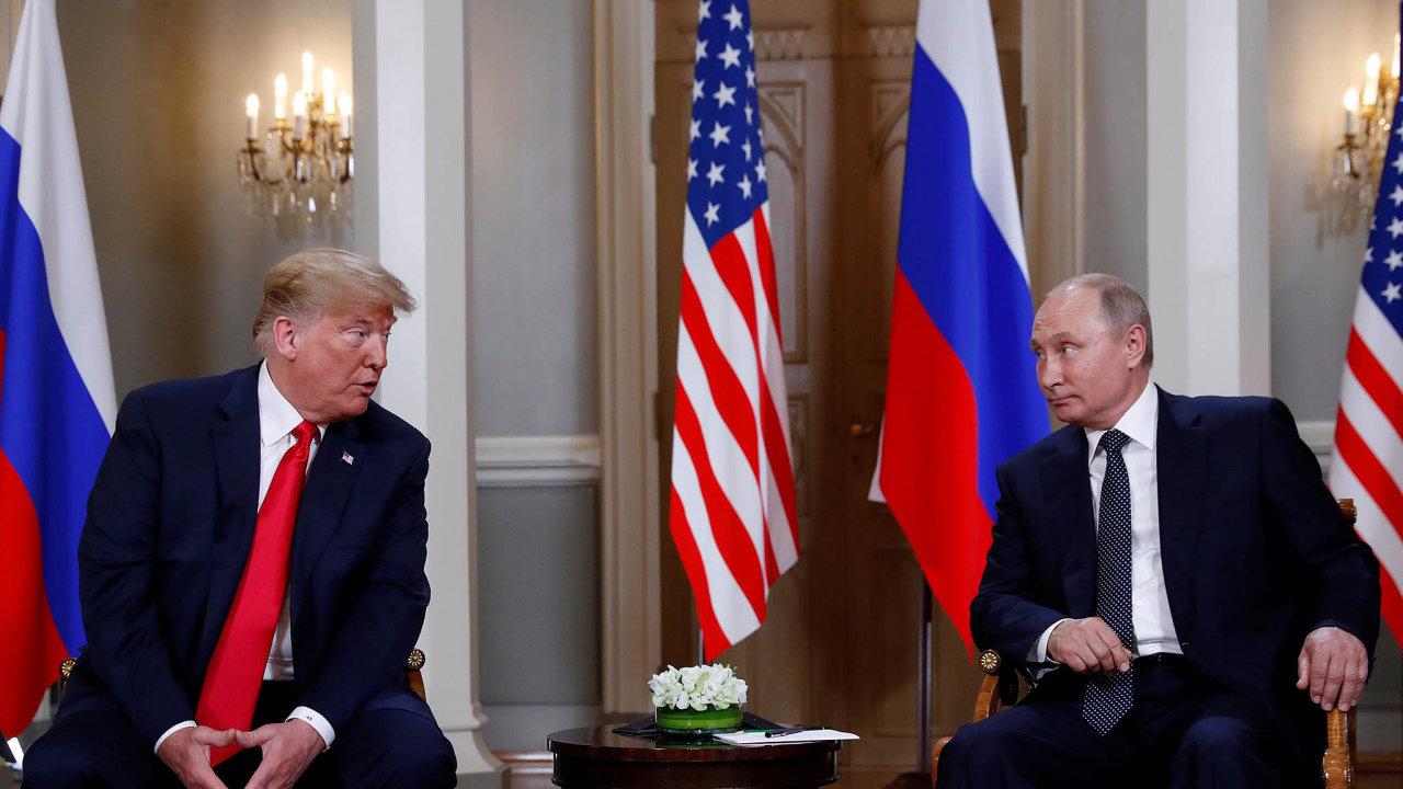 Setkání prezidentů USA a Ruska se uskutečnilo ve stínu amerického vyšetřování, zda východní velmoc ovlivnila prezidentskou kampaň v Americe.