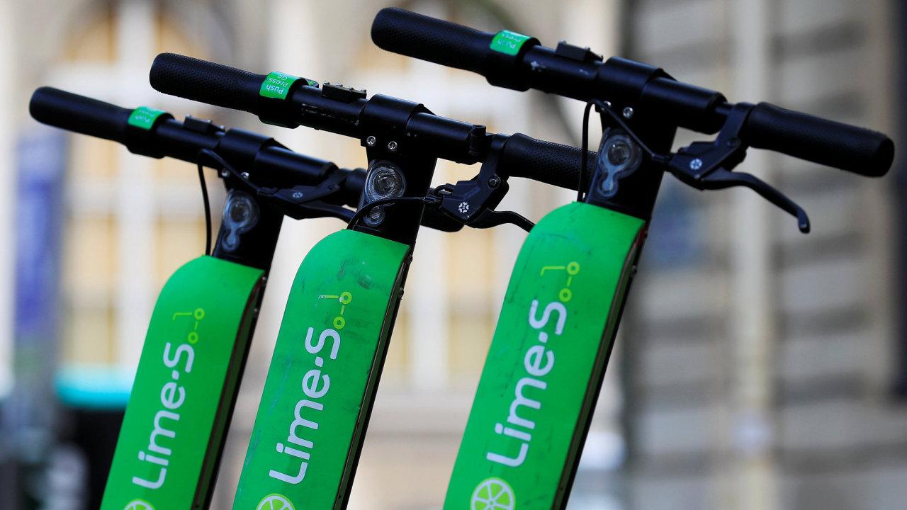 Start-up Lime začal testovat své elektrokoloběžky nejprve v Paříži. Nyní je rozšířen i po Praze.