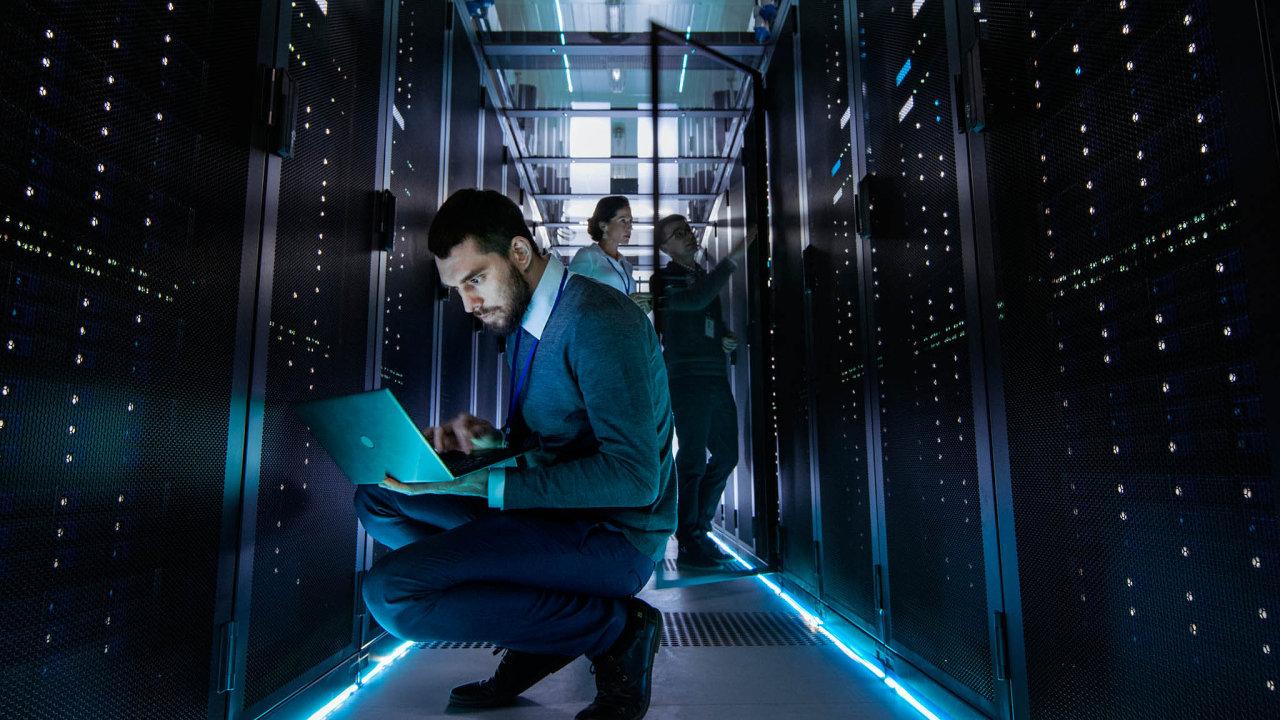 """Klienti se do budoucna budou čím dál častěji setkávat při interakci s bankou se """"stroji"""" namísto lidských operátorů."""