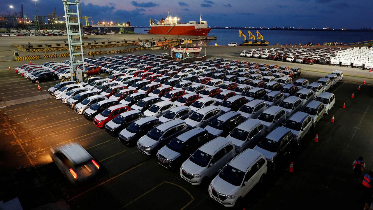 Letošní pořadí podle prodaných kusů osobních a lehkých užitkových vozů vede Toyota.