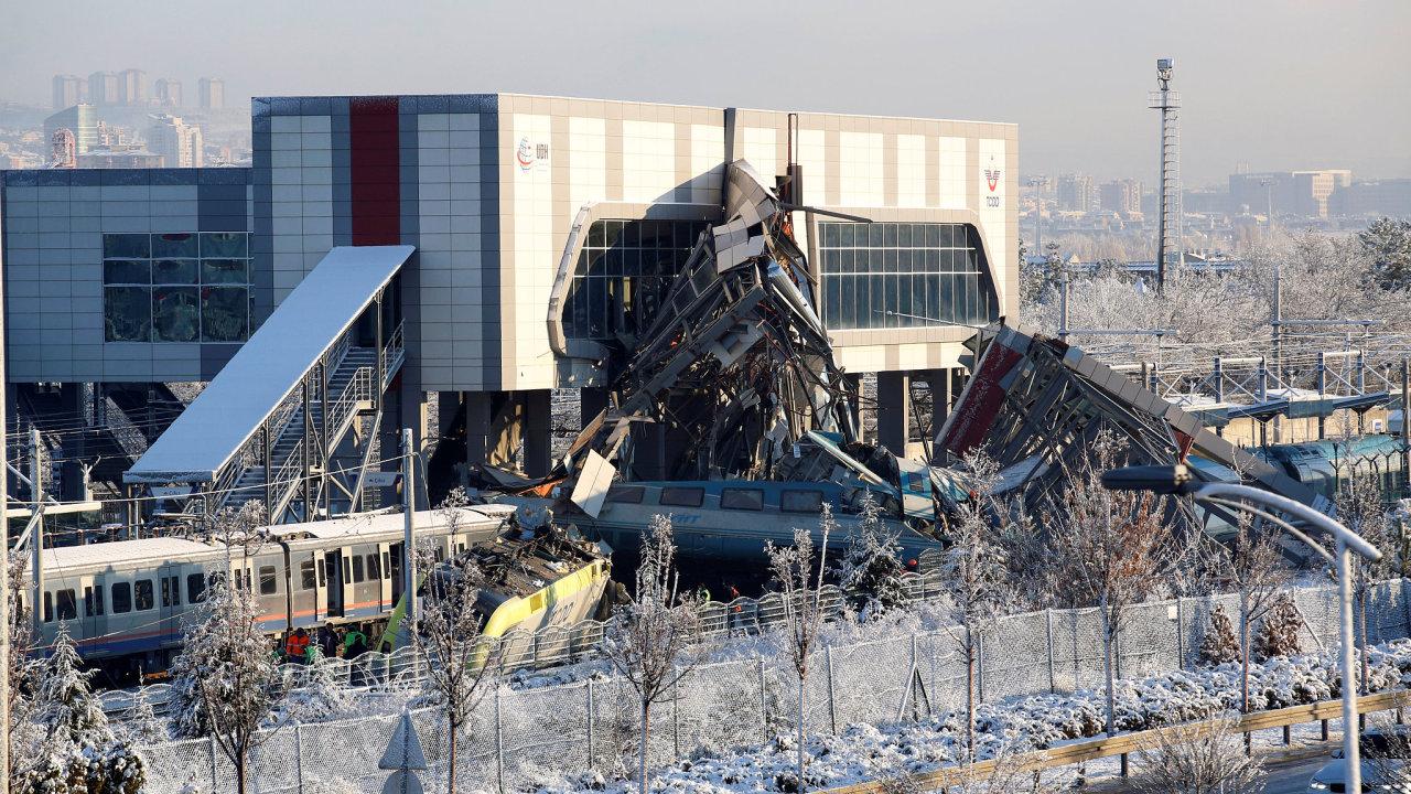 Vysokorychlostní vlak narazil do osobního vlaku, vykolejil a narazil do nadchodu.