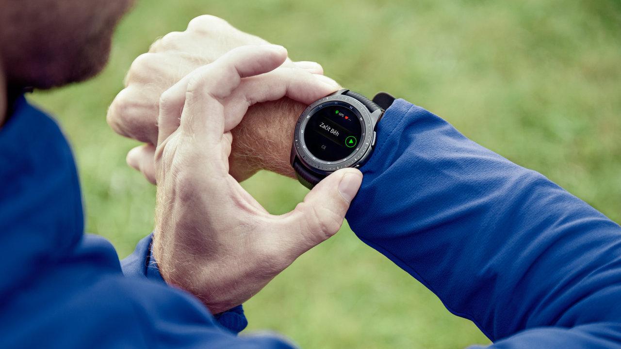 Hodinky Samsung Galaxy Watch s LTE umí telefonovat a stahovat data i bez telefonu.