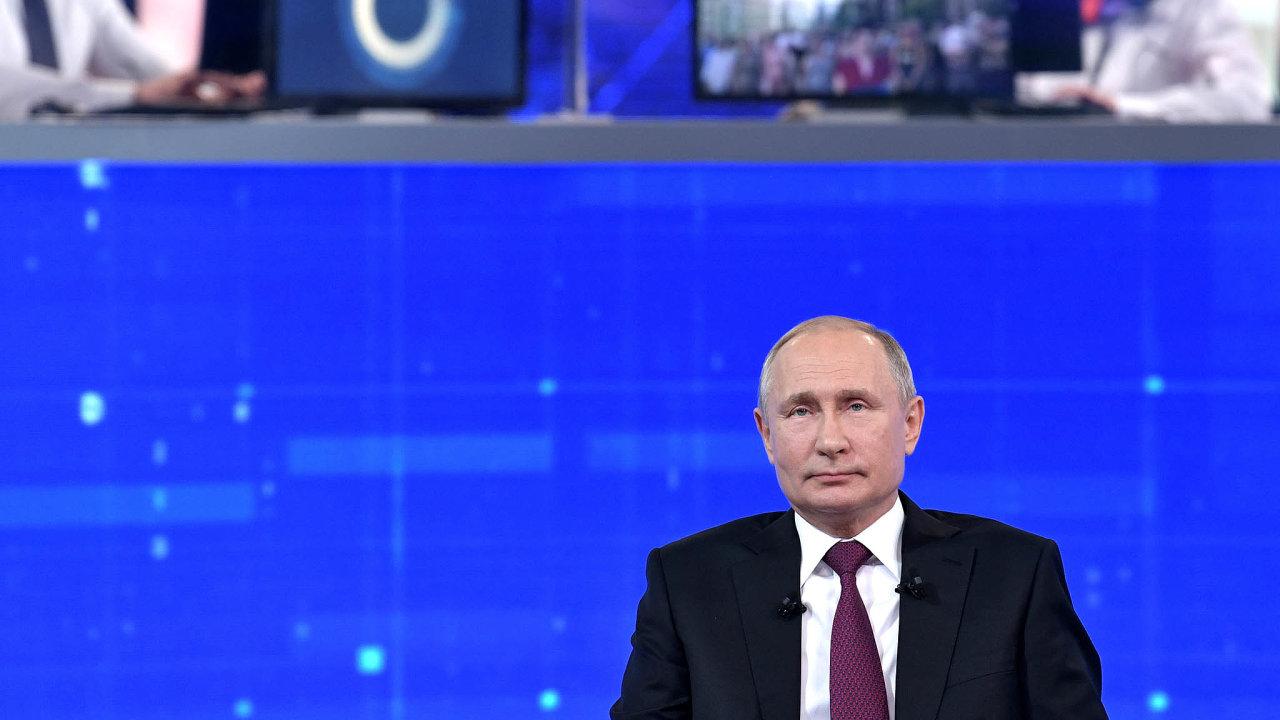 Dobrý car: Pořad Přímá linka s Vladimirem Putinem funguje od roku 2001. Diváci mohou předem posílat otázky přes sociální sítě, telefonní linku nebo pomocí videorozhovoru.