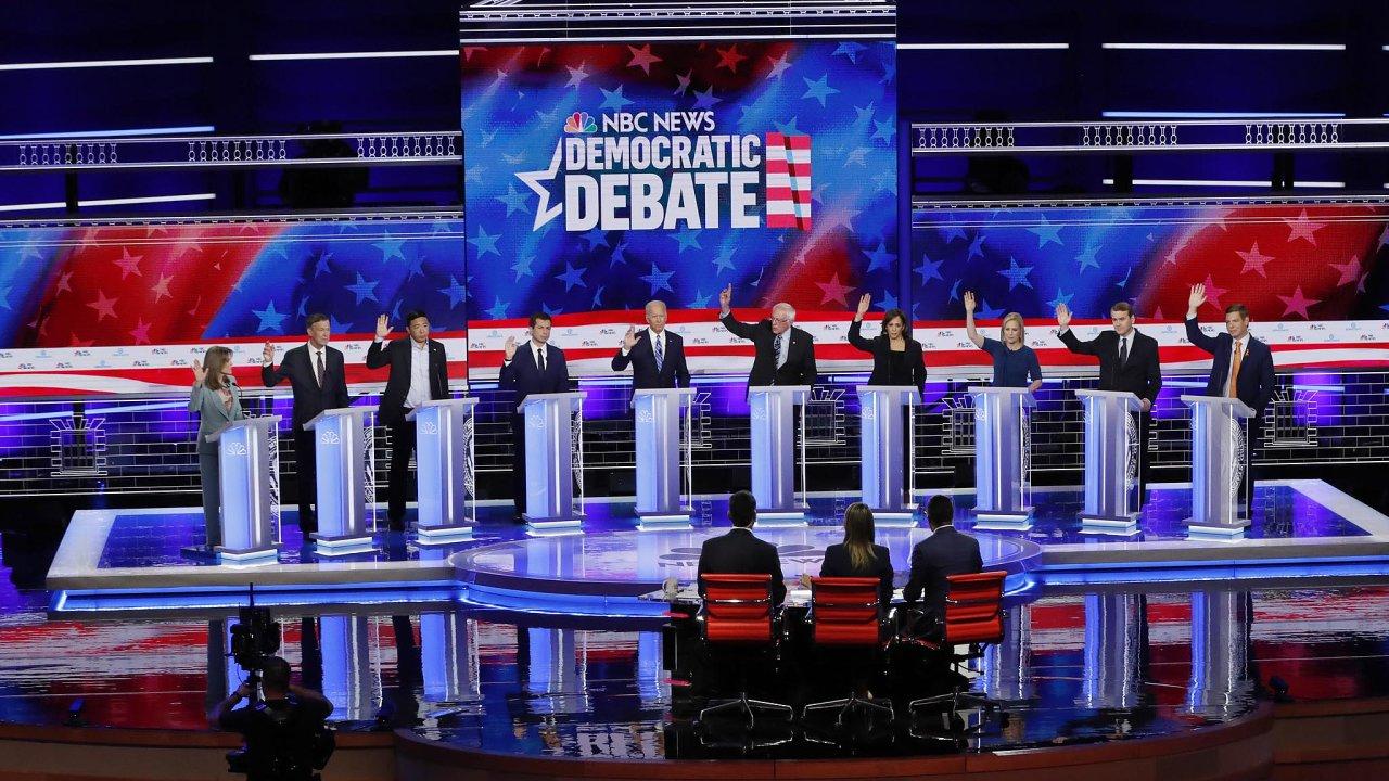 Všech deset kandidátů zvedá vedruhé části první debaty demokratických prezidentských kandidátů ruku pro to, aby se federální zdravotnická péče vztahovala inanelegální imigranty.