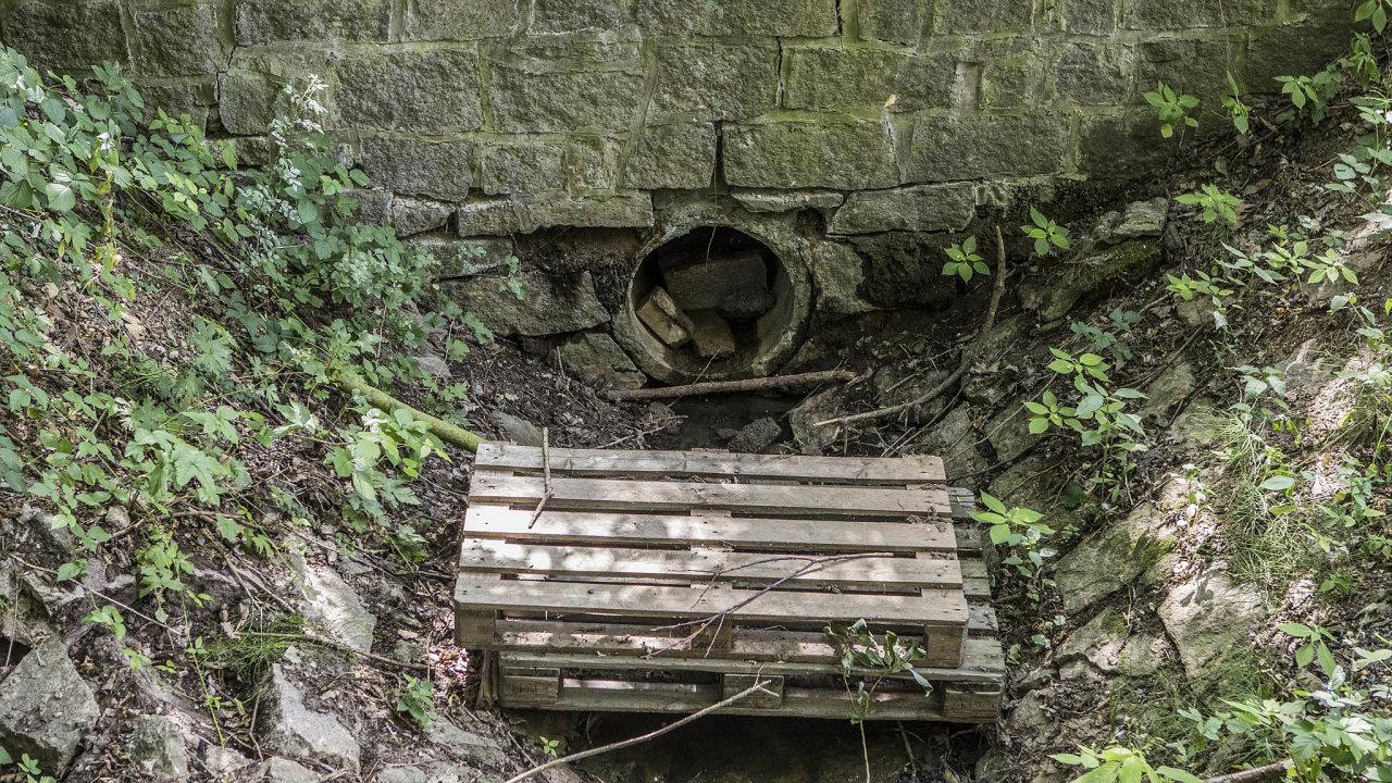 Kvůli extrémnímu suchu, které v posledních čtyřech letech panuje, se téma ubývajících podzemních vod stává stále stále aktuálnější.