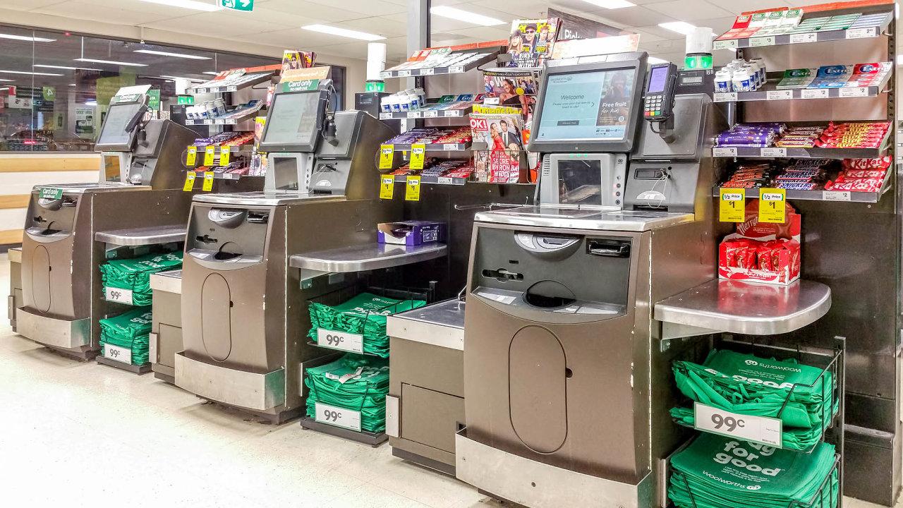 Přenesením části činnosti pomocí samoobslužných pokladen nazákazníky obchody šetří nazaměstnancích a samotní zákazníci především čas.
