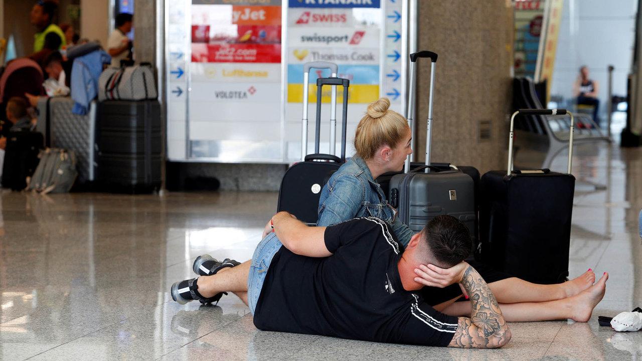 Klienti na letišti. Tak jako takřka pokaždé při krachu cestovní kanceláře, zanechala i firma Thomas Cook po světě množství neodbavených klientů.