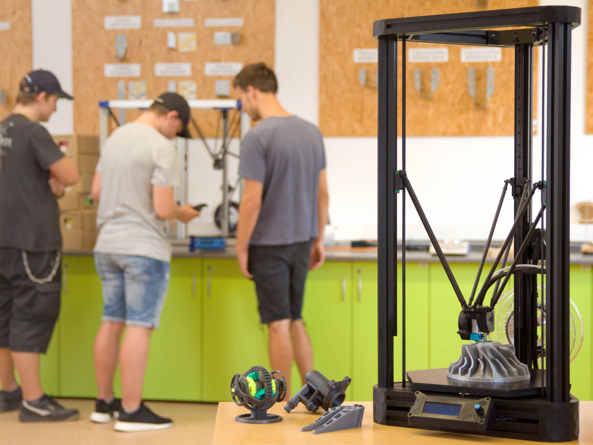 3D tiskárna DeltiQ 2 používá technologii označovanou jako Delta Kinetics se třemi rameny, jež drží tiskovou hlavu.