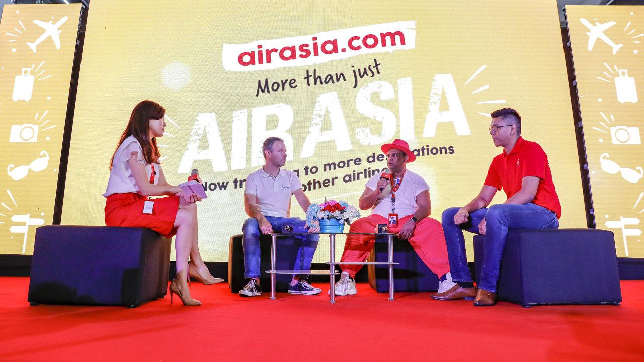 Setkání zástupců Kiwi.com a AirAsia. Zprava Rajiv Kumar (vedoucí leteckých partnerství airasia.com), Tony Fernandes (šéf AirAsia) a Oliver Dlouhý (šéf Kiwi.com).
