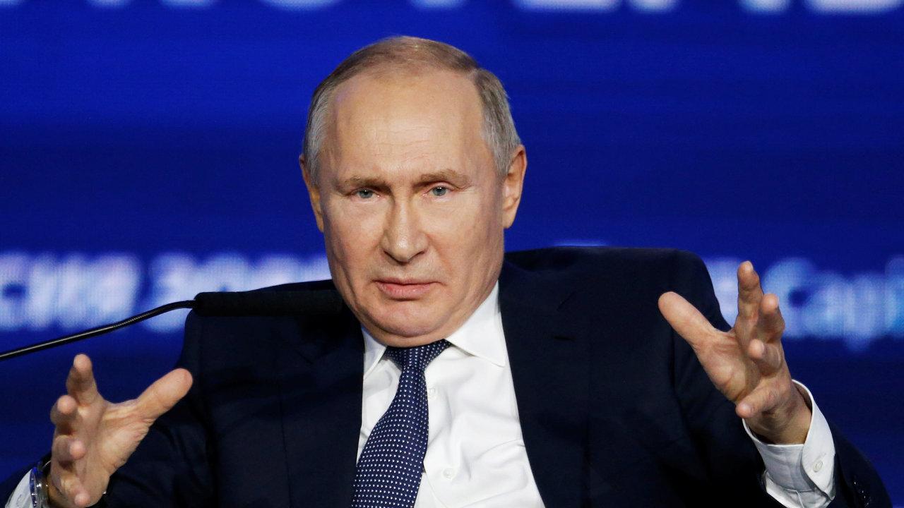 Vladimir Putin na investičním fóru v Moskvě také popřel, že by jeho země, obviňovaná po vpádu do Gruzie a Ukrajiny z rozpínavosti, kohokoli ohrožovala.