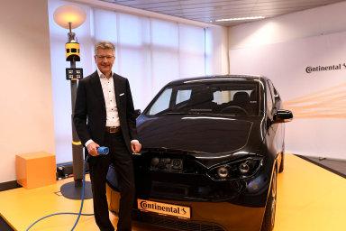 Elektromobily mění byznys: Šéf skupiny Continental Elmar Degenhart se připravuje nanástup elektromobilů. Firma se bude muset zaměřit navýrobu nových dílů.