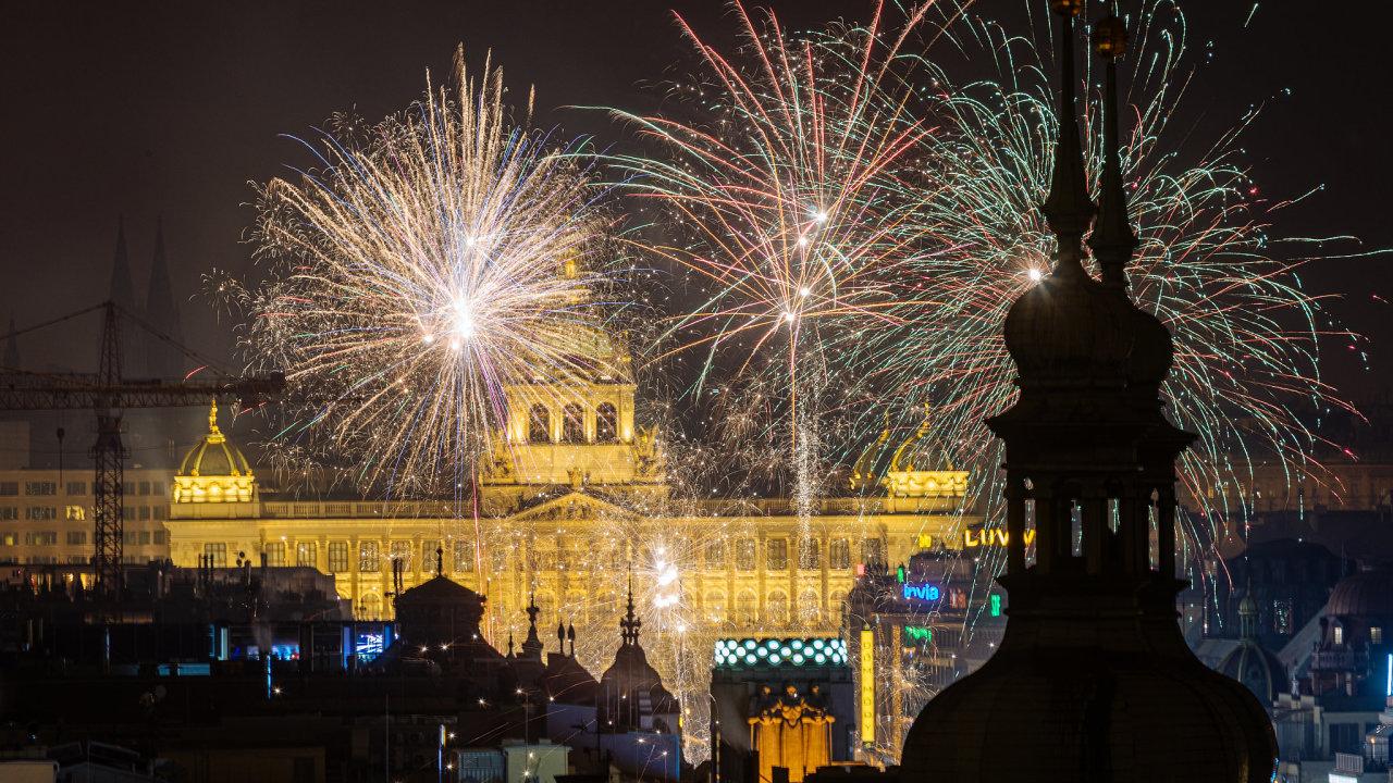 Na novoroční ohňostroj vyrazily tisíce lidí.