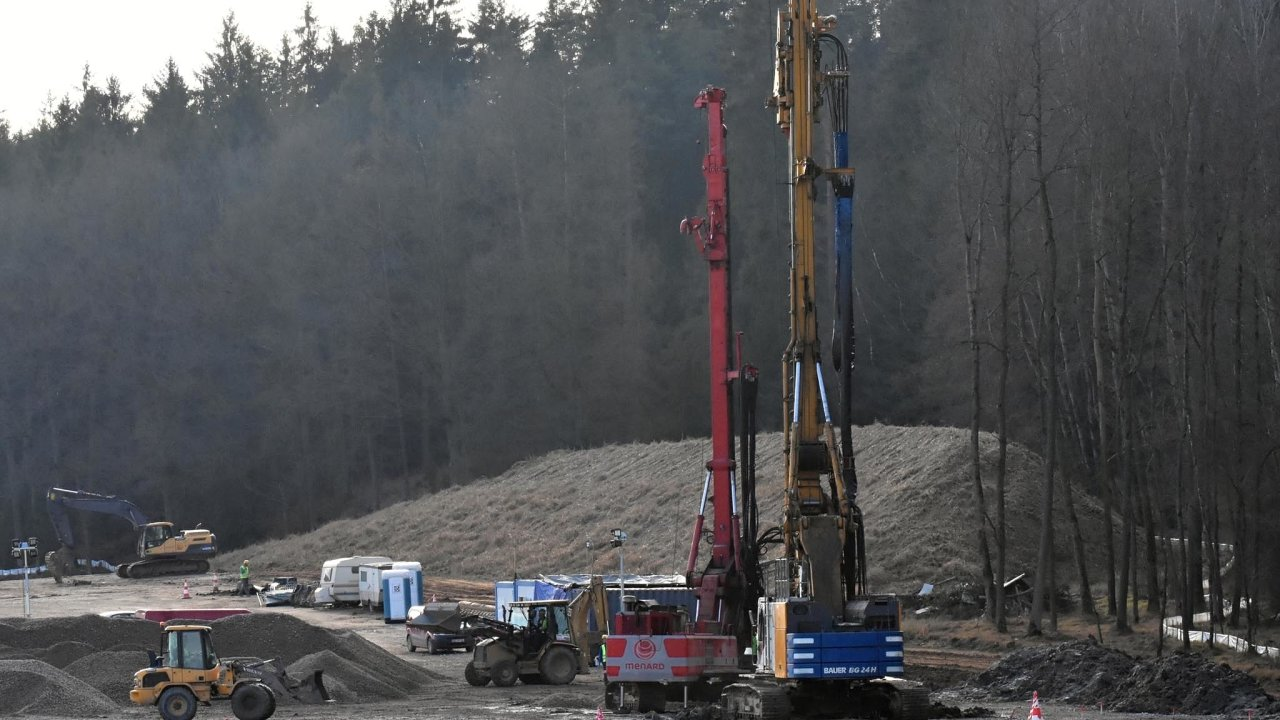 Výstavba trvá dlouho. Vprůměru 5,5roku se vČesku čeká navydání stavebního povolení. Zdržuje to výstavbu silnic, železnic idomů.