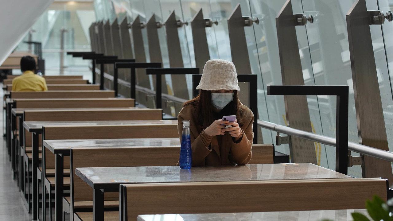Izolace. Osamocená dívka na hongkongském nádraží čeká na vlak. Jistější je vyhýbat se lidem.
