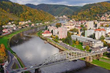 Řeka Labe je odÚstí nad Labem doNěmecka vsoučasné době kvůli nedostatku vody splavná jen šest měsíců vroce. Její hladinu by měl zvýšit nový plavební stupeň Děčín.