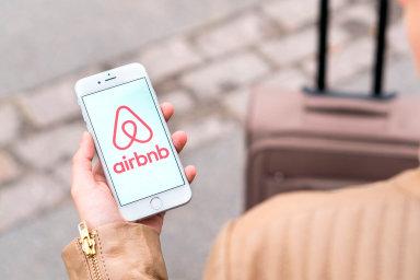 V Praze si lidé stěžují na rušení ze strany turistů ubytovaných v soukromí. Magistrátu zase vadí, že Airbnb vytlačuje nájemní bydlení, což prohlubuje bytovou krizi. - Ilustrační foto.