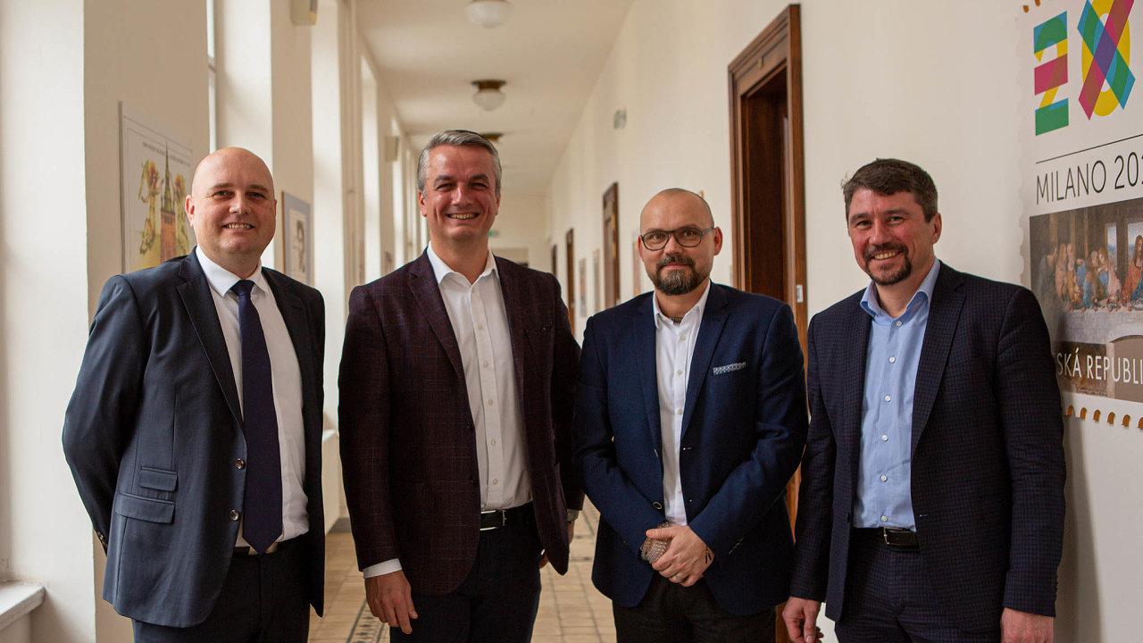 Ředitel ČP Roman Knap (druhý zleva) představil šéfy tří divizí: poštovní služby Miroslava Štěpána (vlevo), logistiky Petra Cinkla (druhý zprava) afinančních služeb Martina Parucha (vpravo).