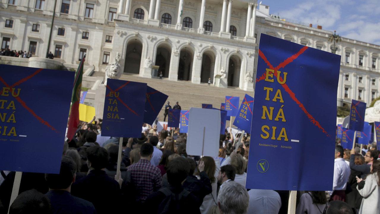 Před portugalským parlamentem se sešli odpůrci eutanazie, aby se pokusili získat nasvou stranu nerozhodnuté poslance. Parlament sice zákon oeutanazii schválil, ještě ho ale čekají změny.