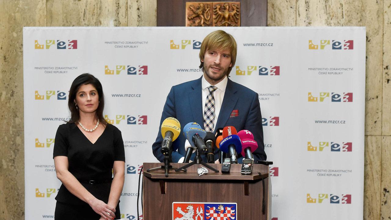Ředitelka Státního ústavu pro kontrolu léčiv Irena Storová (na snímku s ministrem zdravotnictví Adamem Vojtěchem) slíbila, že se předčasně vrátí zdovolené zKuby, kam vpátek odcestovala.