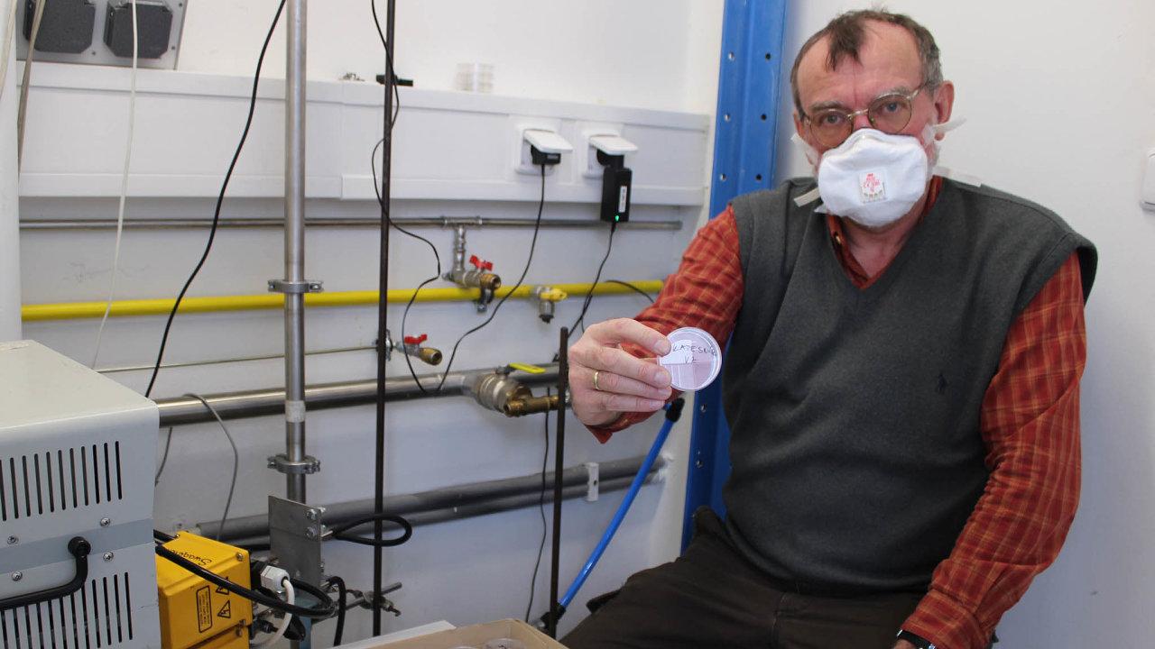 Vladimír Ždímal, vedoucí Oddělení chemie a fyziky aerosolů v Ústavu chemických procesů ukazuje jeden ze vzorků, na němž měřili schopnost zachytit vir. V tomhle případě část hedvábného kapesníku.