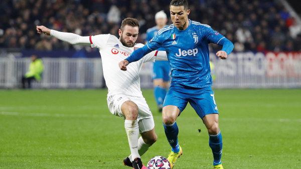 Cristiano Ronaldo z Juventusu Turín (na snímku vpravo v souboji o míč s Lucasem Tousartem z Olympiku Lyon) vybaví oddělení dvou nemocnic.
