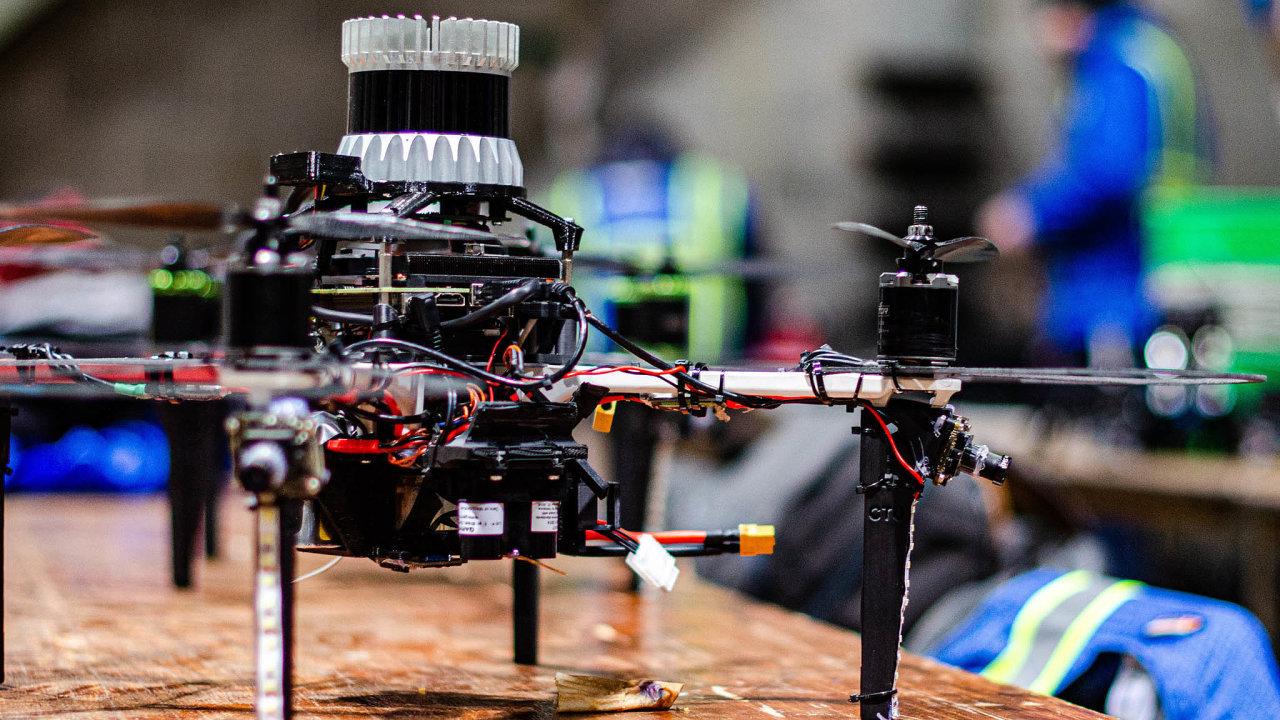 Projekt roku vrámci AI Awards patří týmu Centra pro robotiku aautonomní systémy (CRAS) při pražském ČVUT. Vědci astudenti kybernetiky vrámci něj vytvořili záchranářské roboty.