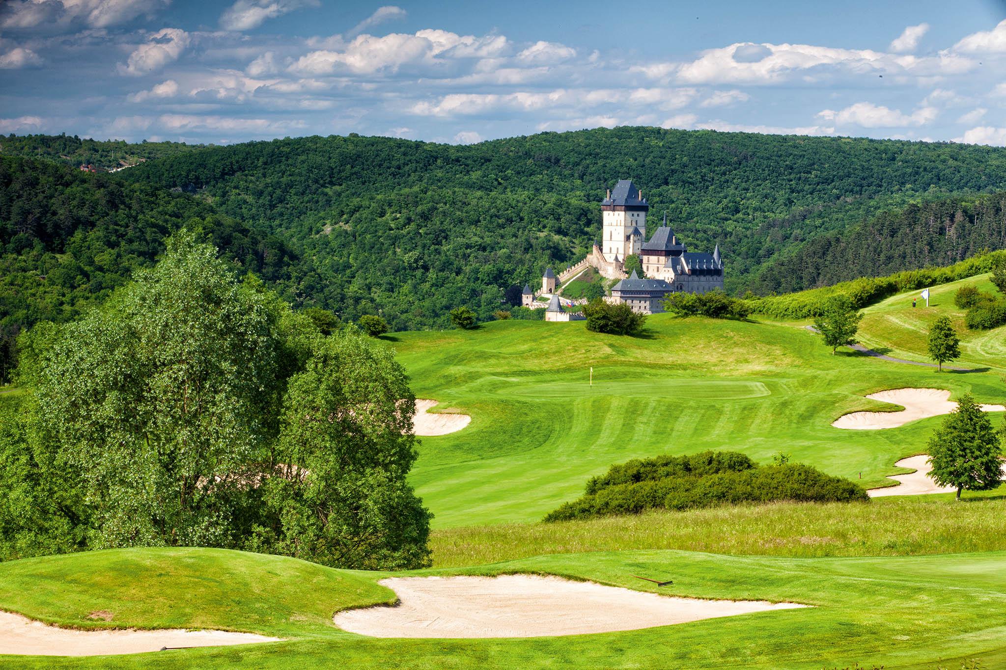 Golf Resort Karlštejn: 27 jamek, par 72, délka 6324 m– původní osmnáctka, architekti Les Furber aJim Eremko