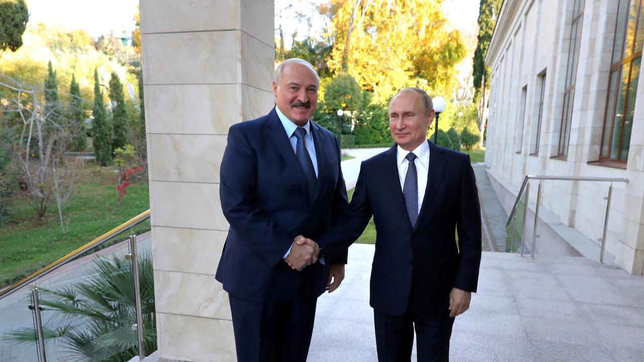 Běloruský prezident Alexandr Lukašenko a jeho ruský protějšek Vladimir Putin.