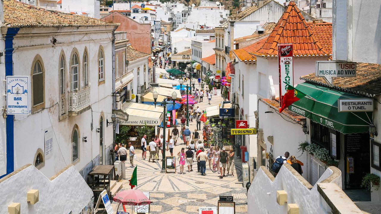 Turisté, kteří se letos rozhodli navštívit Portugalsko, míří zejména do regionu Algarve na jihu země.